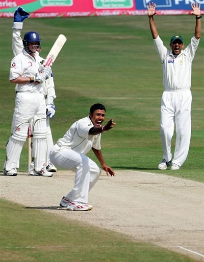 Danish Kaneria is doing unsuccessfull lbw appeal against Andrew Strauss