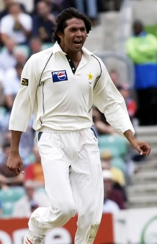 Mohammad Asif celebrates the wicket of Strauss
