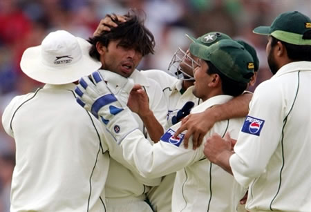 Mohammad Asif is congratulated after getting the wicket of Trescothick