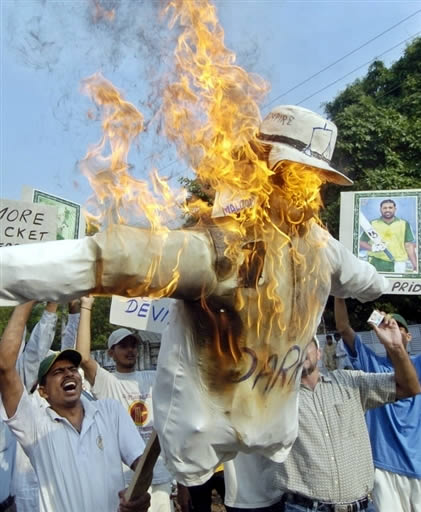 Pakistani protesters burn effigy of Darrell Hair