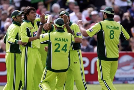 Pakistan team celebrates the wicket of Bell