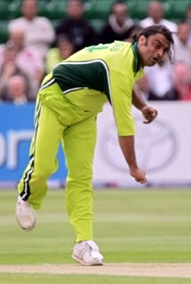 Shoaib Akhtar delivers a ball