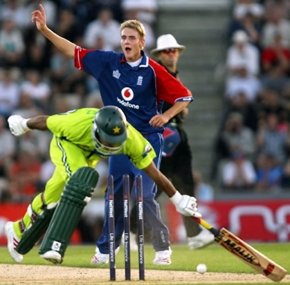 Broad celebrates as Mohammad Hafeez is run out