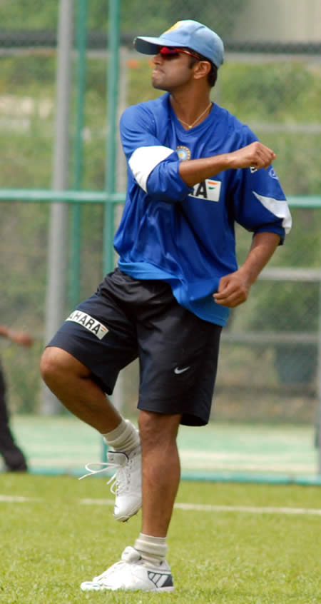 Dravid throws the ball