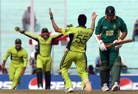 Umar Gul celebrates the wicket of Smith