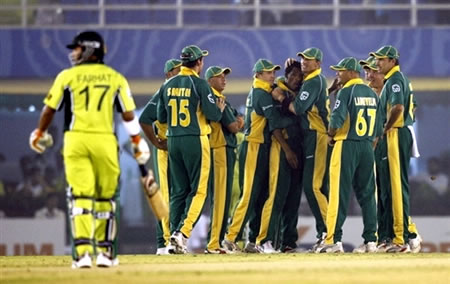 Ntini congratulated by teammates after dismissing Mohammad Hafeez