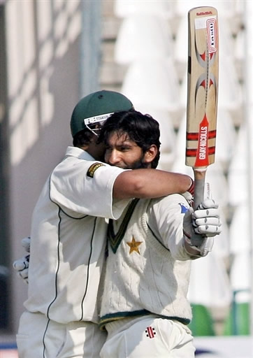 Inzamam-ul-Haq hugs Mohammad Yousuf after his 21st Test century