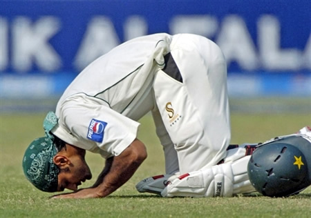 Mohammad Hafeez does a sajda to thanks God after scoring his 2nd Test century
