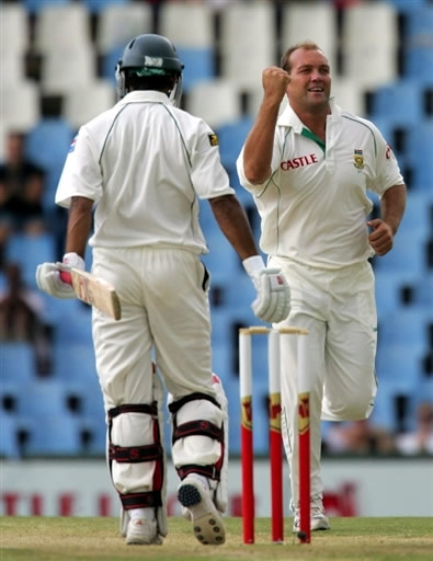 Kallis celebrates the wicket of Hafeez