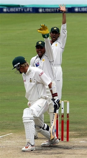 Kamran Akmal & Younis Khan make an unsuccessfully lbw appeal against Harris