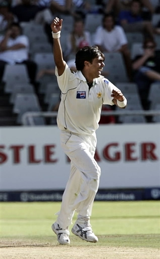 Mohammad Sami celebrates the wicket of Kallis