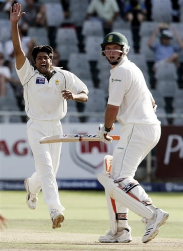 Shahid Nazir celebrates the wicket of Smith