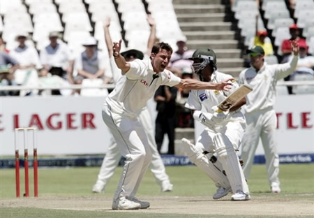 Dale Steyn appeals for lbw against Imran Farhat