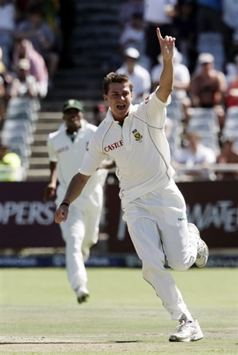 Dale Steyn celebrates the wicket of Inzamam