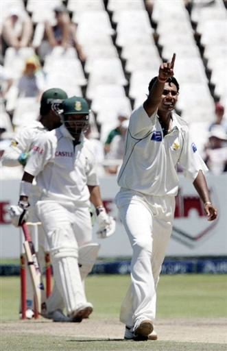 Kaneria appeal for lbw against Prince