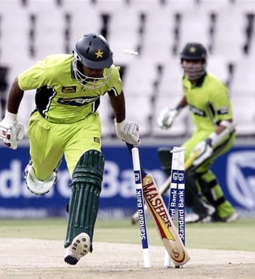 Mohammad Hafeez is nearly run out