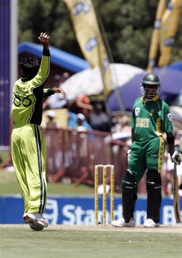 Mohammad Hafeez celebrates the Bosman wicket