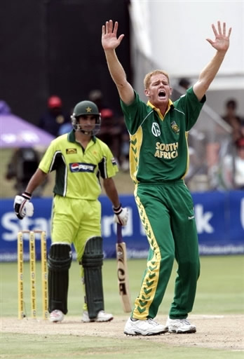 Shaun Pollock appeals for lbw against Imran Nazir