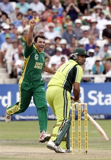 Kemp celebrates the wicket of Azhar Mahmood