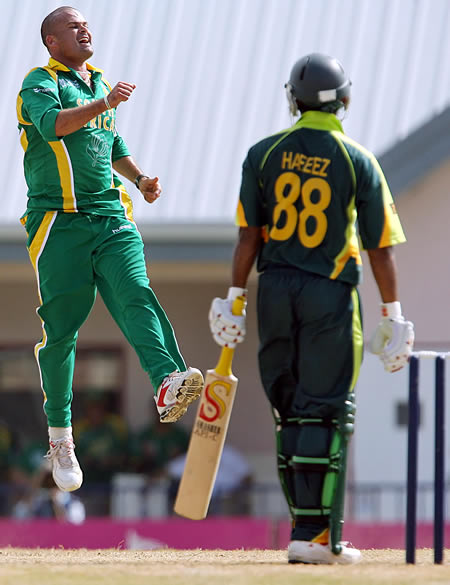 Langeveldt celebrates the wicket of Hafeez