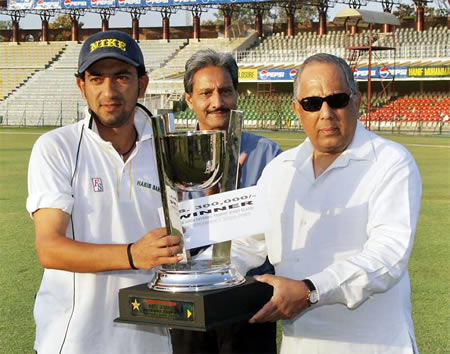 Hasan Raza HBL captain receives ABN-AMRO Patron�s Trophy 2006-2007 from Salim Altaf, Chief Operating Officer, PCB at Gaddafi Stadium, Lahore, 25 March 2007