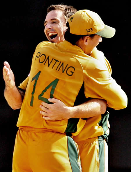 Brad Hogg & Ricky Ponting celebrate victory over New Zealand