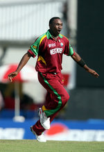 Dwayne Bravo celebrates the wicket of Paul Collingwood
