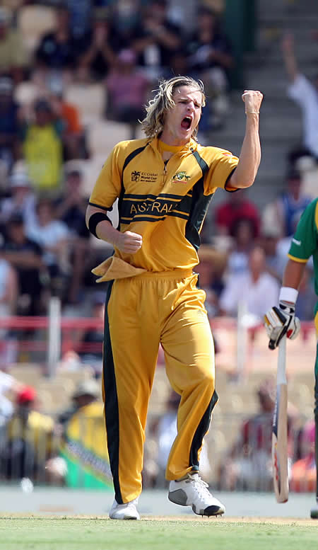 Nathan Bracken celebrates the wicket of Smith