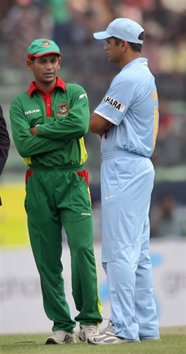 Rahul Dravid speaks with Habibul Bashar before the toss