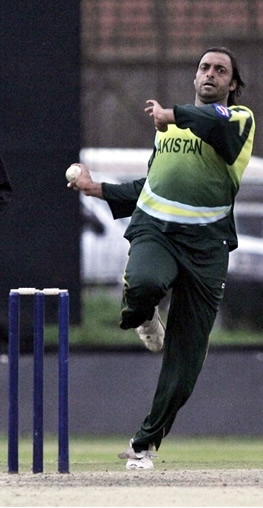 Shoaib Akhtar about to deliver a ball