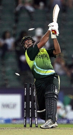 Shahid Afridi is bowled by Malinga