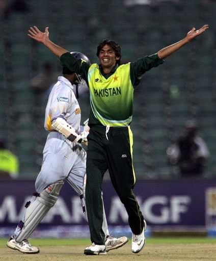 Mohammad Asif celebrates the wicket of Tharanga