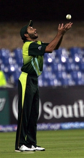 Shahid Afridi takes the catch of Jehan Mubarak