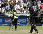 Daniel Vettori is runout by Mohammad Hafeez