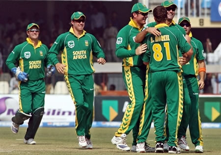 South Africa team celebrate the wicket of Younis Khan