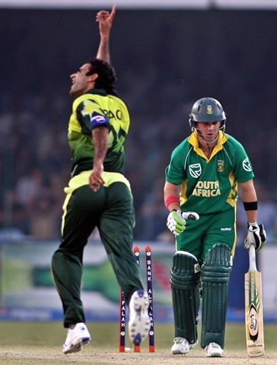 Iftikhar Anjum celebrates the wicket of AB de Villiers