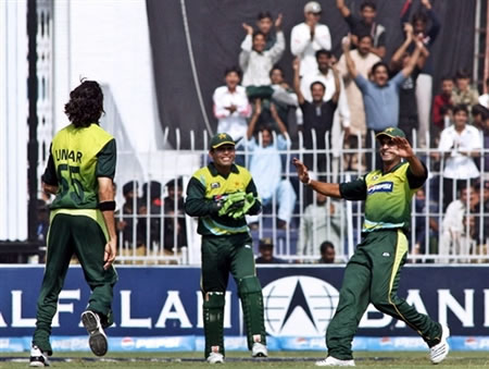 Umar Gul celebrates the wicket of Gibbs