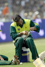 Shoaib Akhtar repairs his shoe