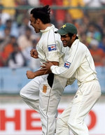 Shoaib Akhtar celebrates the wicket of Rahul Dravid