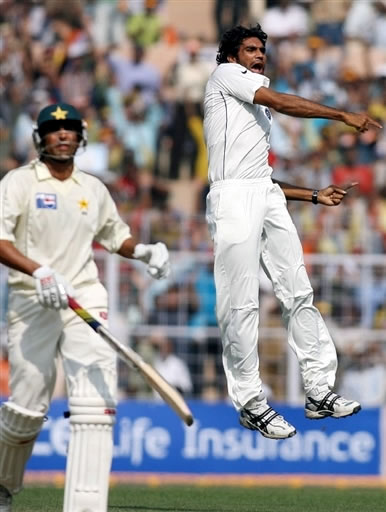 Munaf Patel celebrates the wicket Younis Khan