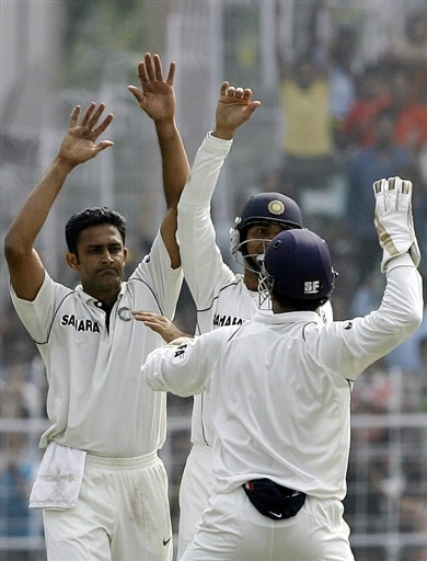 Anil Kumble celebrates the wicket of Sohail Tanvir