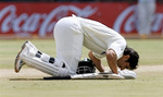 Misbah-ul-Haq does a Sajida to thanks God after his century