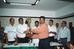 SK Nair giving a memento to KN Ananthapadmanabhan