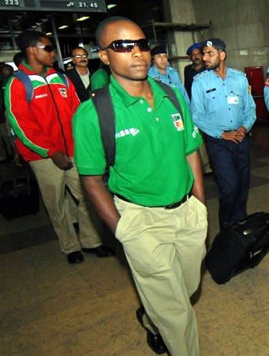 Prosper Utseya walks with teammates on their arrival at Karachi