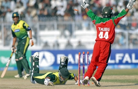 Tatenda Taibu celebrates the runout of Nasir Jamshed