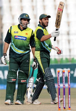 Shahid Afridi celebrates his fifty