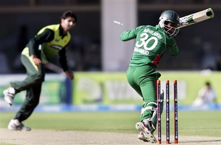 Mahmudullah is bowled by Sohail Khan