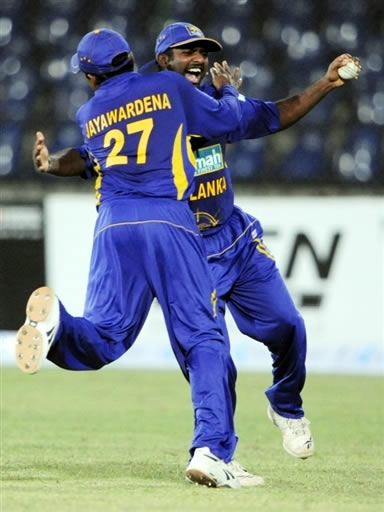 Muralitharan celebrates the catch of Younis Khan