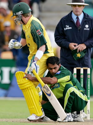 Mohammad Hafeez crashes into Brad Haddin