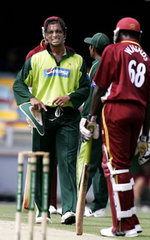 Shoaib Akhtar leaving the field after bowling 2.5 overs during the VB Series match against West Indies in Brisbane, 19 January 2005